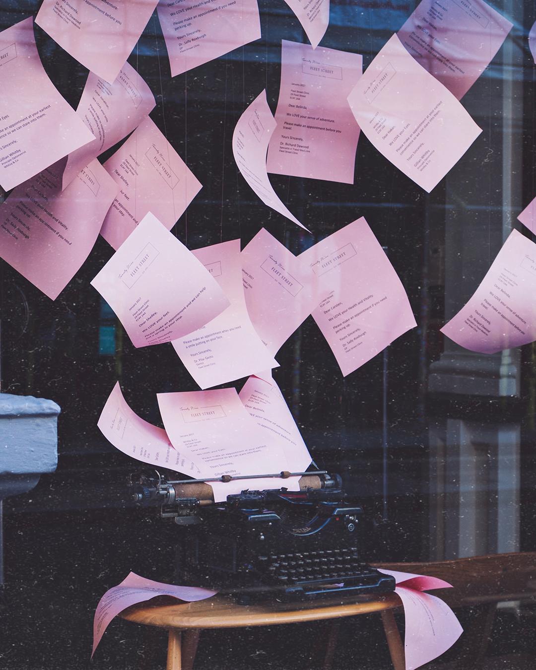 Följebrev – så skriver du brevet som säljer in din bok